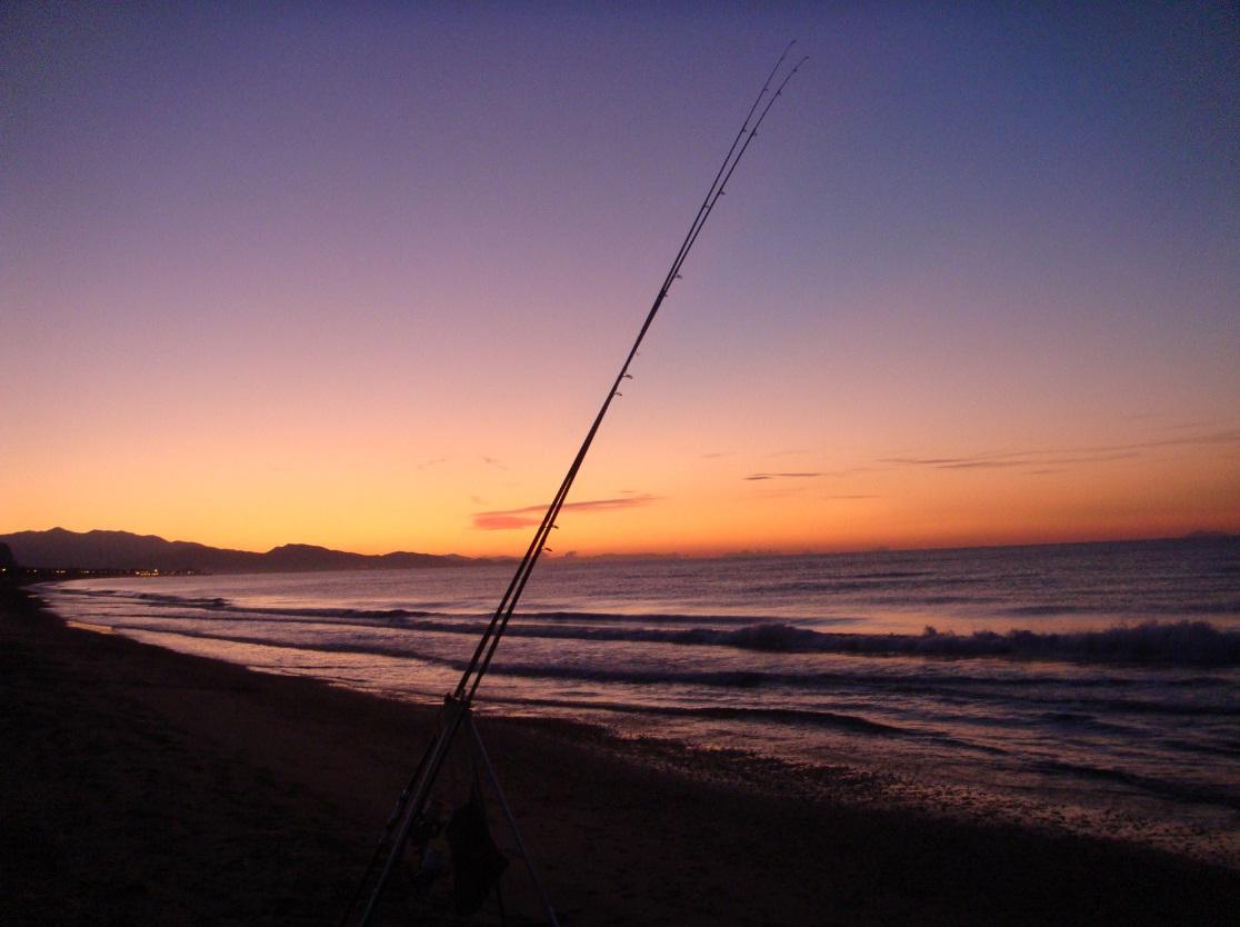 Pesca dalla spiaggia: Alba a Terracina