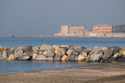 Pesca da riva a Marina di San Nicola: un mare deserto