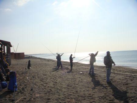 I corsisti fanno pratica con il lancio side surfcasting