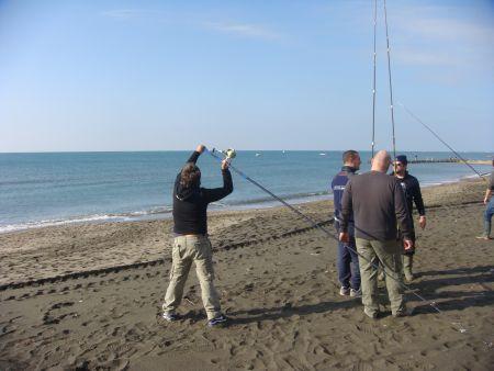 I corsisti scambiano commenti su i lanci che si usano nel surfcasting